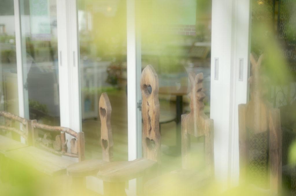 店内入り口ベンチの写真